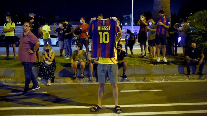 FC Barcelona supporters gather outside the clubs headquarters in Barcelona, on August 25, 2020, following the announcement of Argentinian player Lionel Messis desire to leave the team. - Lionel Messi has informed Barcelona he wants to