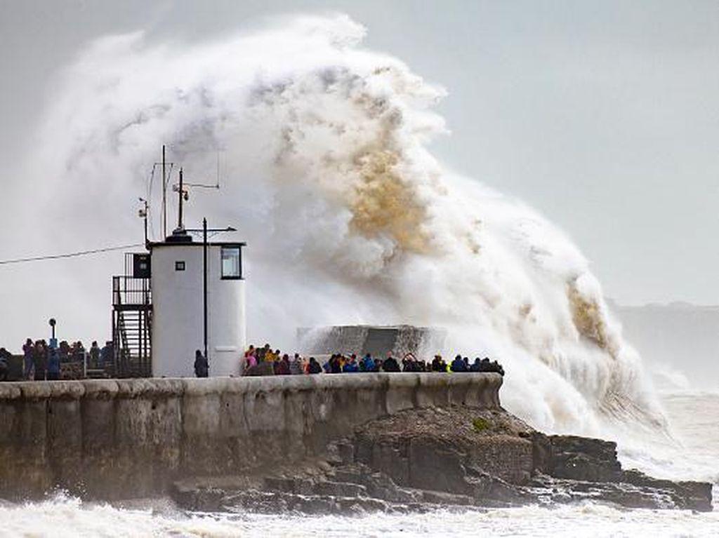 Foto Gelombang Besar Hantam Pelabuhan di Inggris