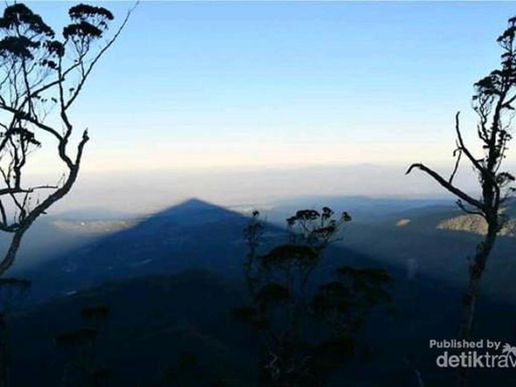 Coba Tebak, Ini Foto Gunung atau Cuma Bayangannya Saja?