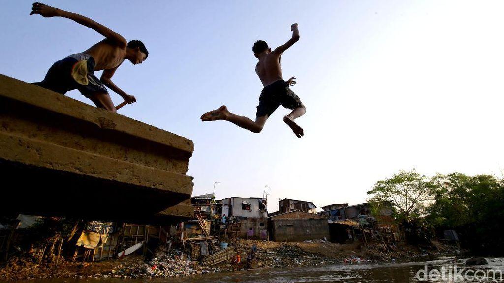 Hiburan Murah Ala Anak-anak di Bantaran Ciliwung