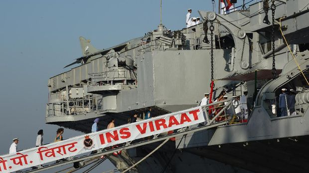 (FILES) In this file photo taken on March 06, 2017 Indian Navy officials and their families board the aircraft carrier INS Viraat on its last day of service in Mumbai. - An India firm said on August 25, 2020 it plans to scrap what was once the world's oldest serving aircraft carrier and Britain's flagship during the 1982 Falklands War and potentially sell the metal to make motorbikes. Construction first began in 1944 in Barrow-in-Furness and and the ship entered the Royal Navy in 1959 as HMS Hermes. She was sold the Indian Navy in 1986, becoming INS Viraat and serving for another 29 years. (Photo by Indranil MUKHERJEE / AFP)