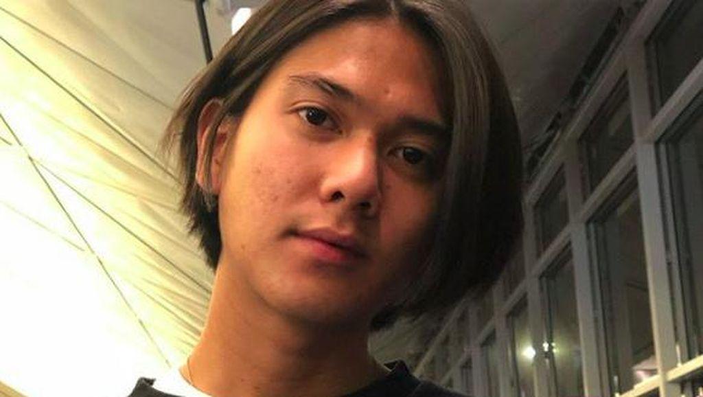 Iqbaal Ramadhan Kini Gondrong, Lihat Transformasi Gaya Rambutnya