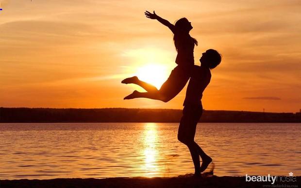 Pasangan kekasih di tepi pantai