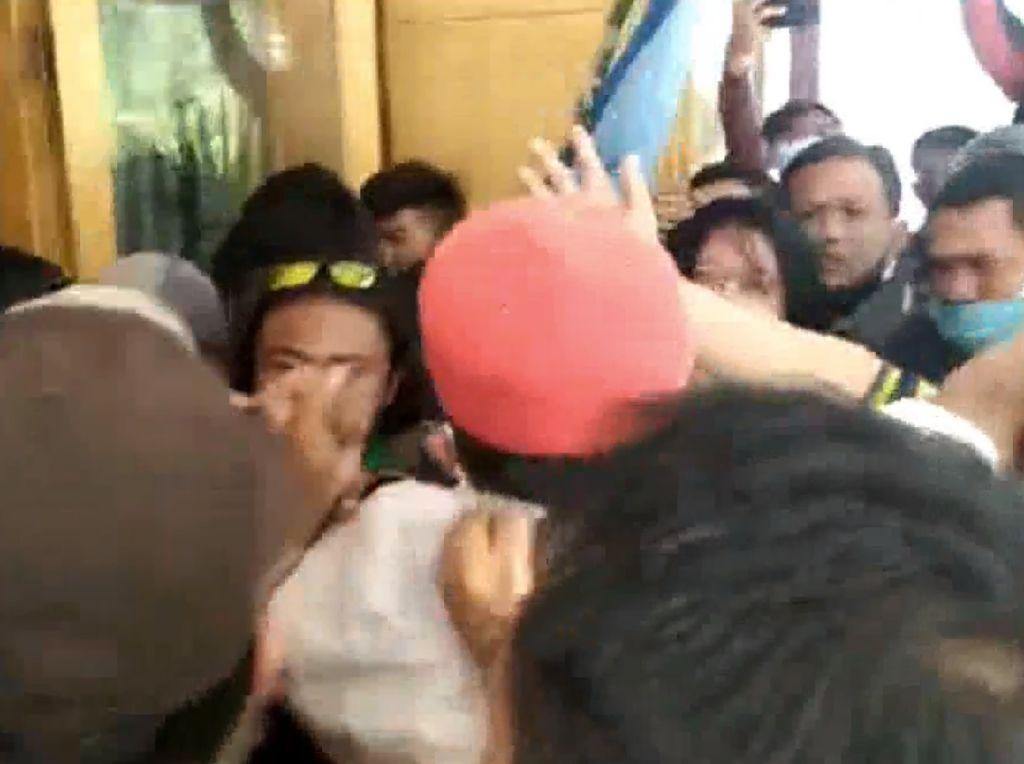 Aksi Protes Kegiatan Tambang Berujung Ricuh di Kantor Bupati Mamasa