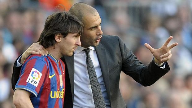 Barcelona's coach Pep Guardiola talks with Barcelona's Argentinian forward Lionel Messi during their Spanish League football match between Barcelona and Jerez on April 24, 2010 at Camp Nou stadium in Barcelona. AFP PHOTO/LLUIS GENE. (Photo by LLUIS GENE / AFP)