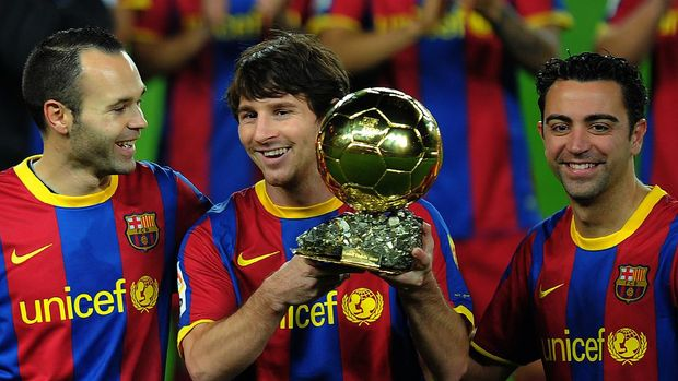 Barcelona's Argentinian forward Lionel Messi (C), flanked with Barcelona's midfielder Xavi Hernandez (R) and Barcelona's midfielder Andres Iniesta (L), poses with the 2010 Ballon d'Or trophy (Golden Ball) for the best European footballer of the year prior to the Copa del Rey (King's Cup) football match FC Barcelona vs Real Betis on January 12, 2011 at the Camp Nou stadium in Barcelona.       AFP PHOTO/ LLUIS GENE (Photo by LLUIS GENE / AFP)