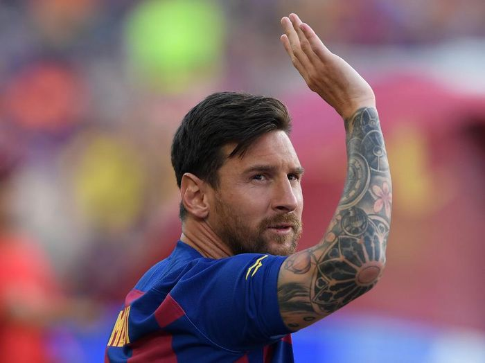 (FILES) In this file photo taken on August 4, 2019 Barcelonas Argentinian forward Lionel Messi waves before the 54th Joan Gamper Trophy friendly football match between Barcelona and Arsenal at the Camp Nou stadium in Barcelona. - Lionel Messi has informed Barcelona he wants to