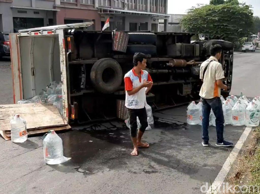 Pecah Ban, Mobil Boks Muatan Galon Air Mineral Terguling di Tasik