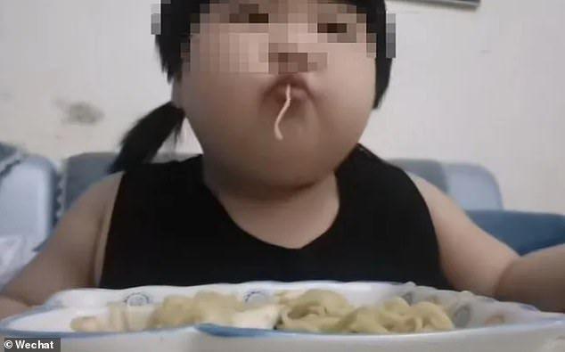 Orang Tua Paksa Anaknya Makan Banyak Demi Konten Video Online