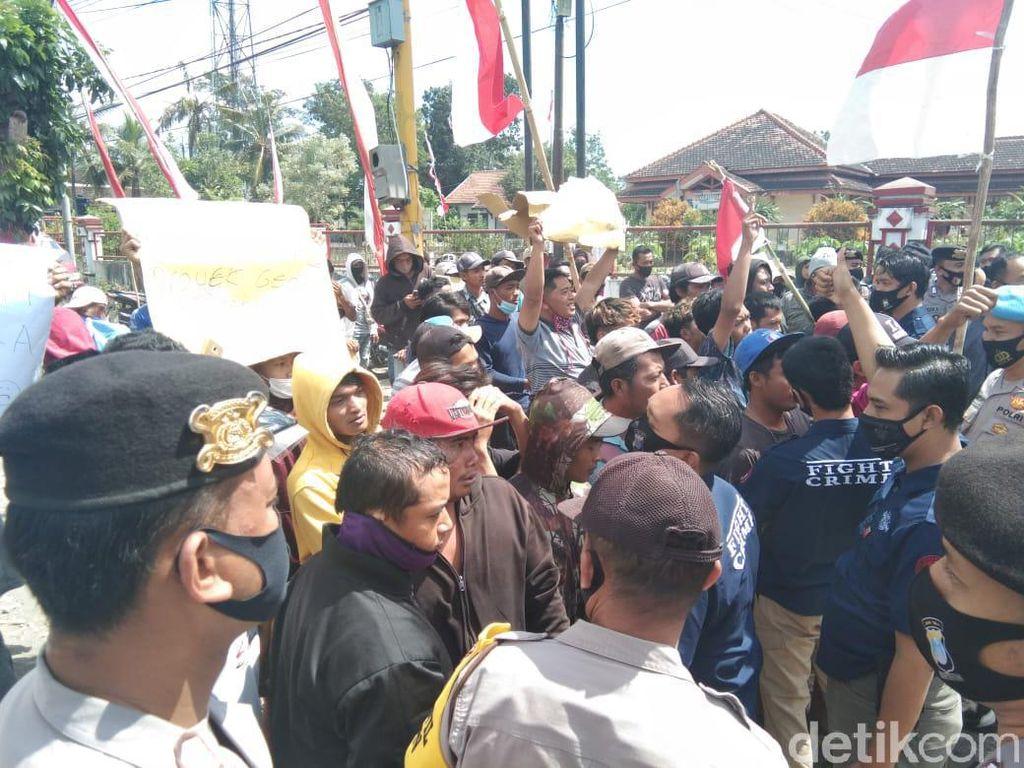 Massa Penambang Pasir Ricuh dengan Mahasiswa di Depan Mapolres Blitar