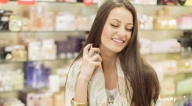 Menyemprot parfum