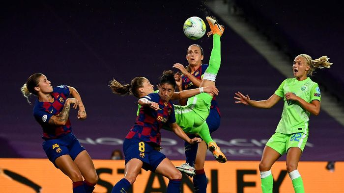 SAN SEBASTIAN, SPAIN - AUGUST 25: Andrea Pereira of FC Barcelona looks dejected following her sides defeat in during the UEFA Womens Champions League Semi Final between VfL Wolfsburg and FC Barcelona at Estadio Anoeta on August 25, 2020 in San Sebastian, Spain. (Photo by Sergio Perez/Getty Images)