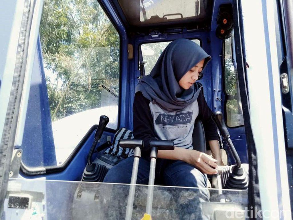 Devita, Gadis Manis Operator Ekskavator-Sopir Truk Pasir Lereng Merapi
