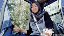 Berkenalan dengan Devita, Si Operator Ekskavator di Lereng Merapi