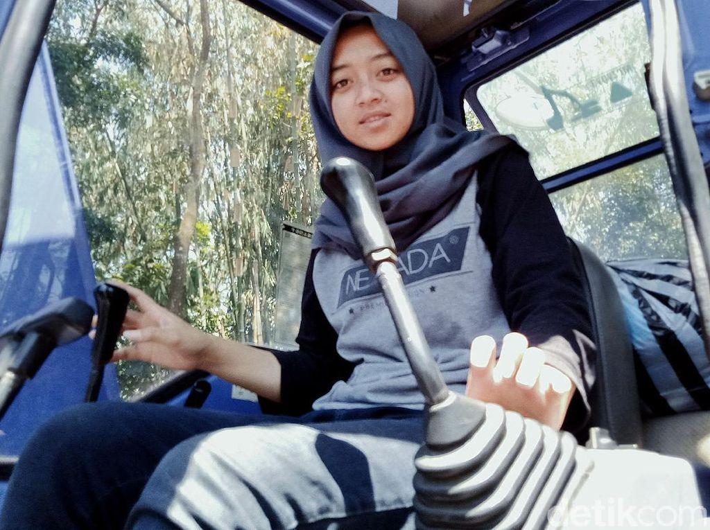Sosok Devita Gadis Operator Ekskavator Lereng Merapi di Mata Rekan Kerja