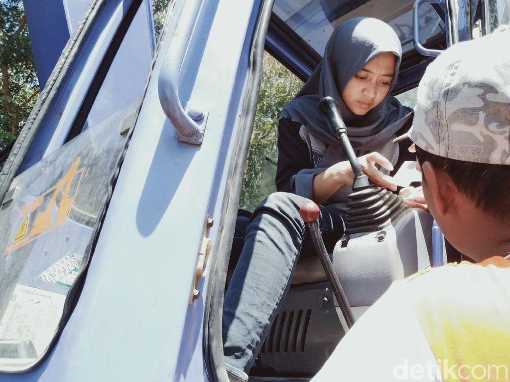 Kisah Devita, Gadis Manis Operator Ekskavator di Lereng Merapi