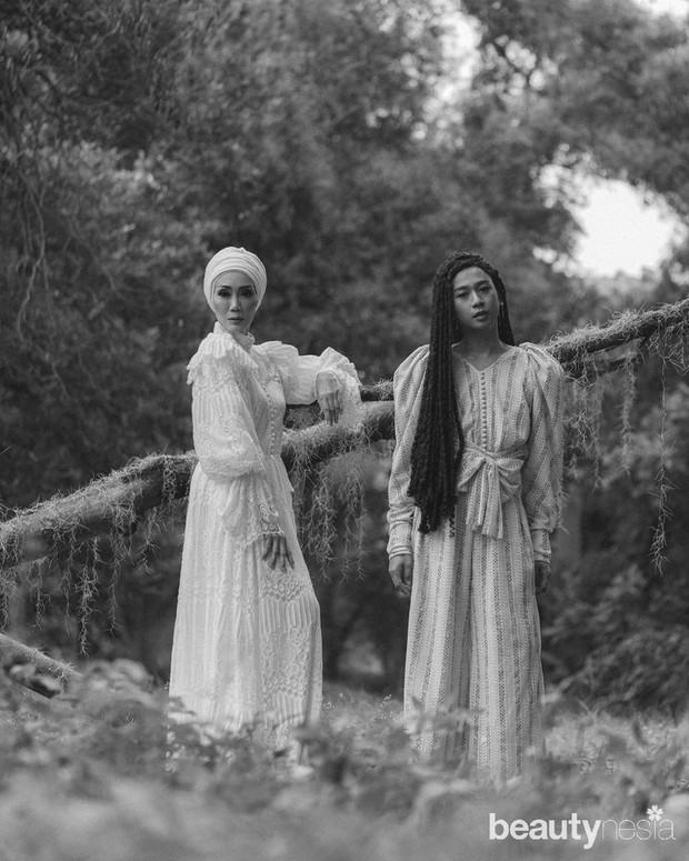 Dalam koleksi Unchained,Barli Asmara menghadirkan model senior Okky Asokawati serta fashion influencer Jovi Adhiguna sebagai muse.