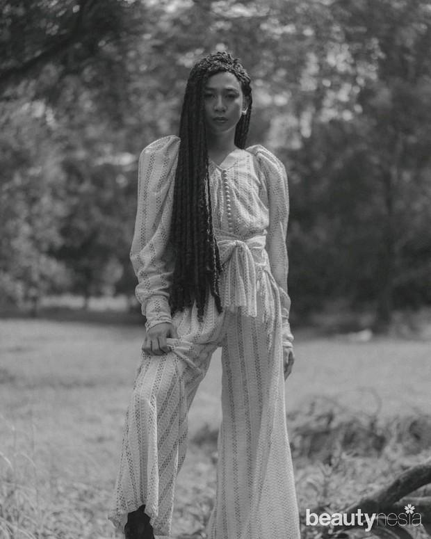 Fashion influencer Jovi Adhiguna mengenakan Kenya Jumpsuit dari koleksi Unchained milik desainer Barli Asmara.