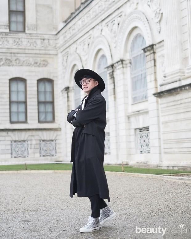 Barli Asmara mengawali karier di dunia mode dengan menjadi pesuruh di sebuah rumah produksi batik.