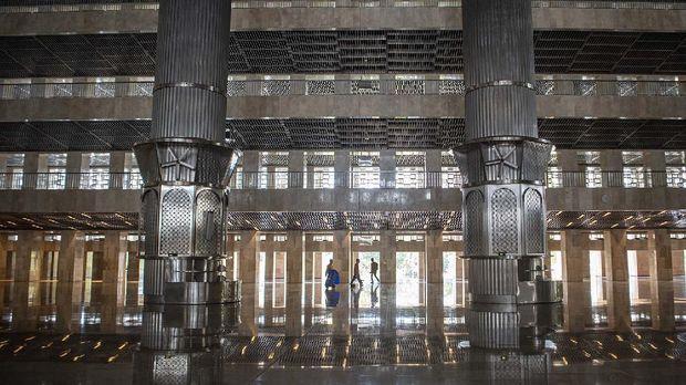 Petugas membersihkan lantai Masjid Istiqlal Jakarta, Senin (17/8/2020). Renovasi Masjid Istiqlal telah rampung 100 persen. ANTARA FOTO/Nova Wahyudi/hp.
