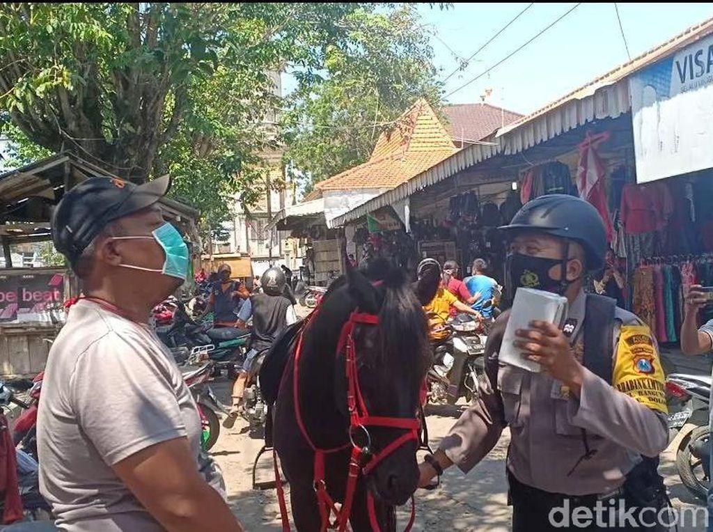 Pakai Kuda, Polisi Madiun Blusukan Pasar Razia Warga Tak Bermasker