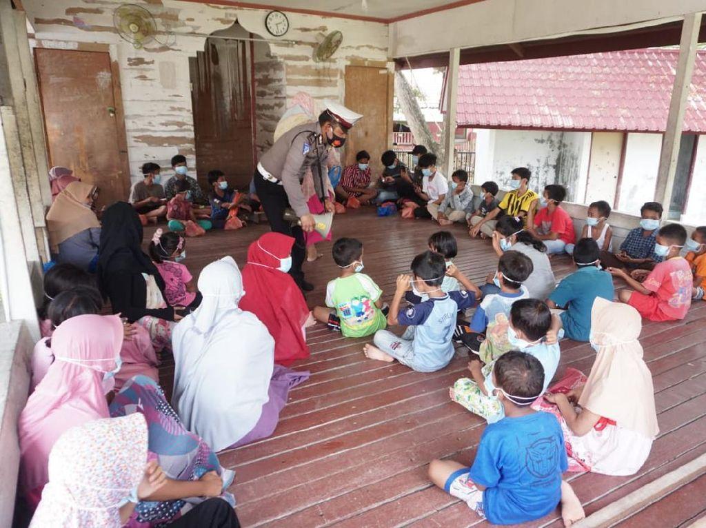 Melihat Puluhan Siswa di Aceh Belajar di Balai Desa karena Ada WiFi