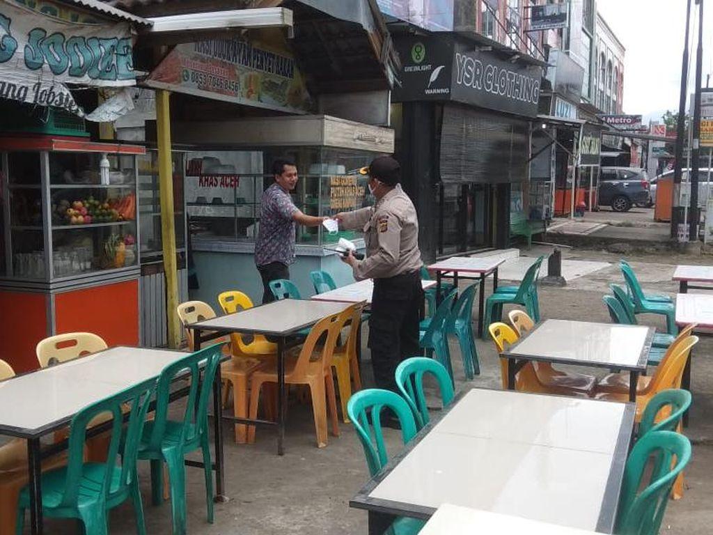 Imbau Warga Patuh Protokol COVID, Tim Gabungan di Aceh Patroli ke Warkop-Cafe