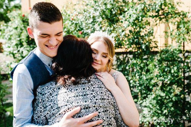 Tinggal bersama mertua bisa menjadi momen yang baik bagi menantu dan mertua agar bisa menjadi lebih dekat dan mengenal satu sama lain.