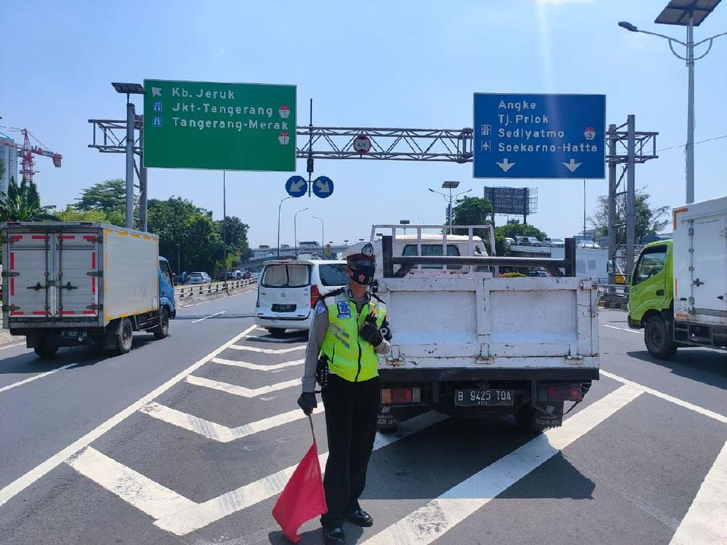 Truk Seruduk Mobil di Km 12 Tol Tomang, Pagar Pembatas Ringsek
