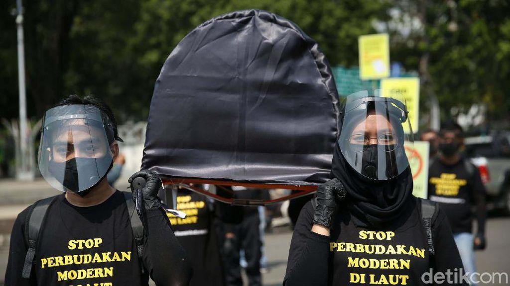 Usung Keranda Mayat, Aktivis Minta RPP Perlindungan ABK Disahkan