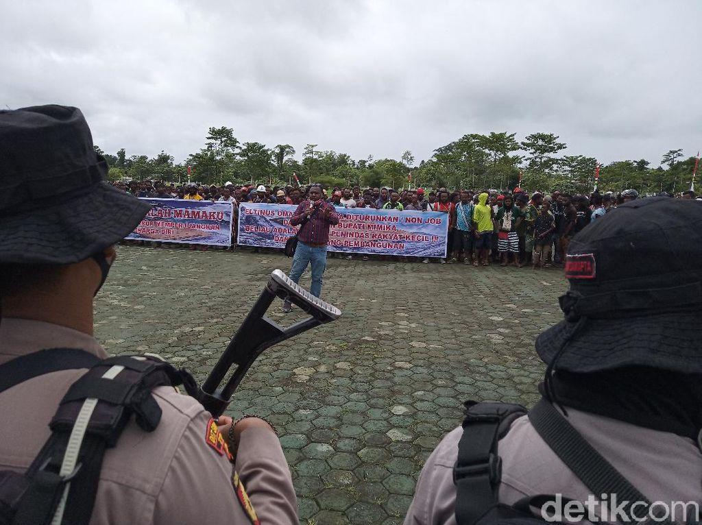 Warga 3 Kampung Pemilik Hak Ulayat Area Freeport Demo Kantor Bupati Mimika