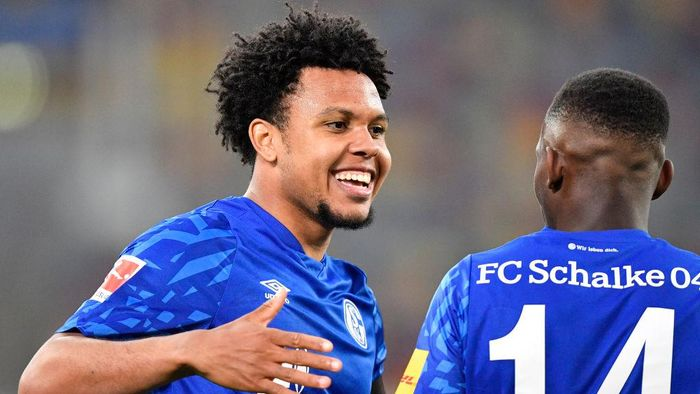 DUESSELDORF, GERMANY - MAY 27: Weston McKennie of FC Schalke 04 celebrates with Rabbi Matondo after scoring his teams first goal during the Bundesliga match between Fortuna Duesseldorf and FC Schalke 04 at Merkur Spiel-Arena on May 27, 2020 in Duesseldorf, Germany. (Photo by Martin Meissner/Pool via Getty Images)