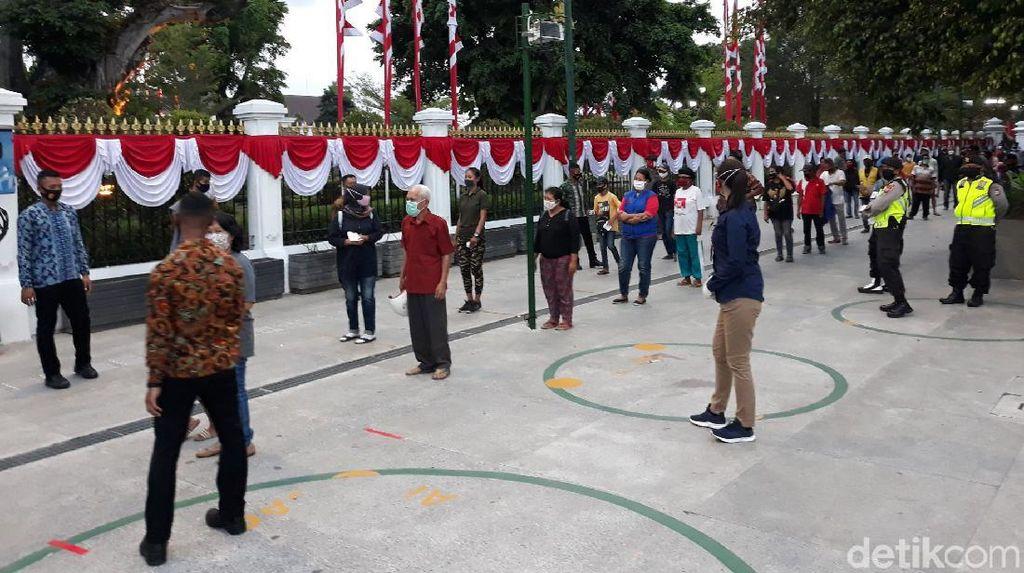 Antusias Warga Yogyakarta Terima Paket Sembako dari Jokowi