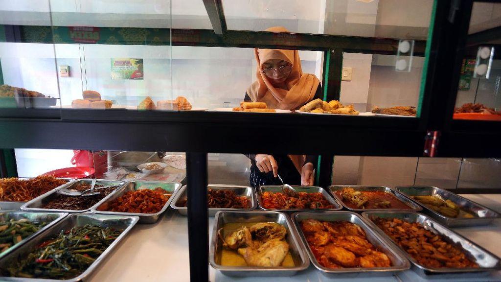 Di Tengah Pandemi, Warteg Ini Beri Makan Gratis Orang Berpuasa