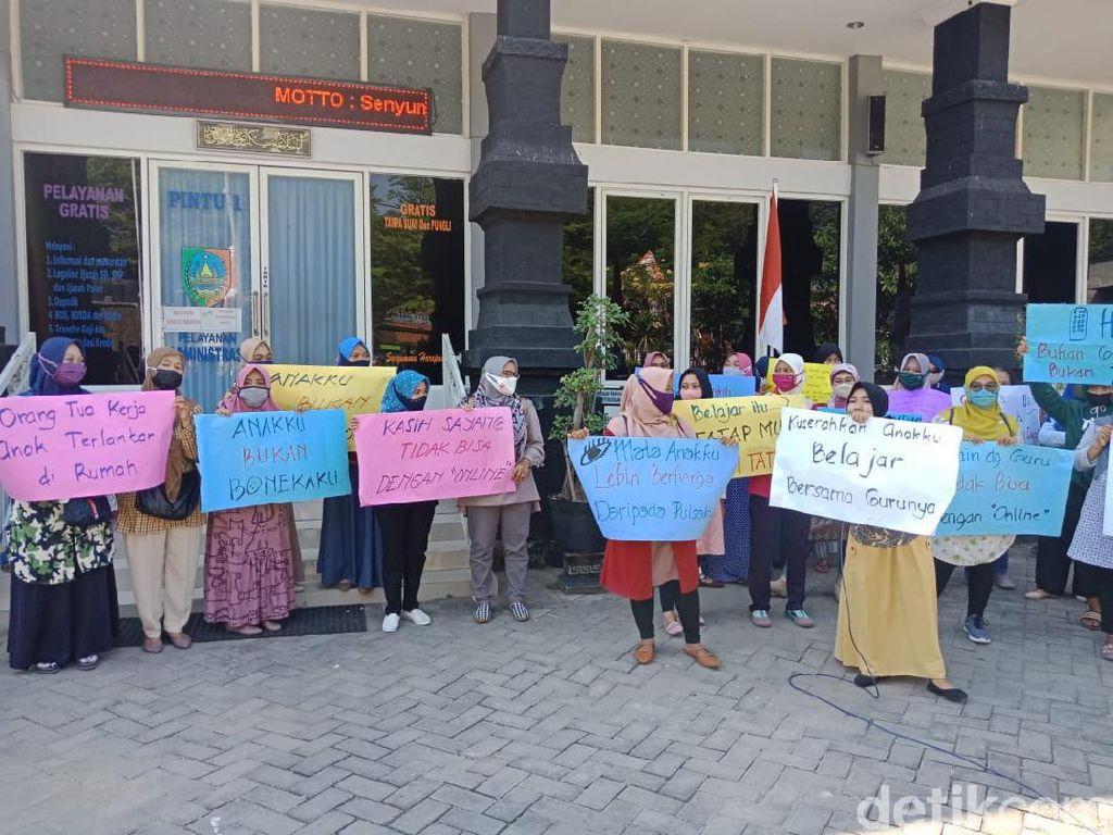 Emak-emak Demo Dinas Pendidikan Jombang Tuntut Belajar Tatap Muka
