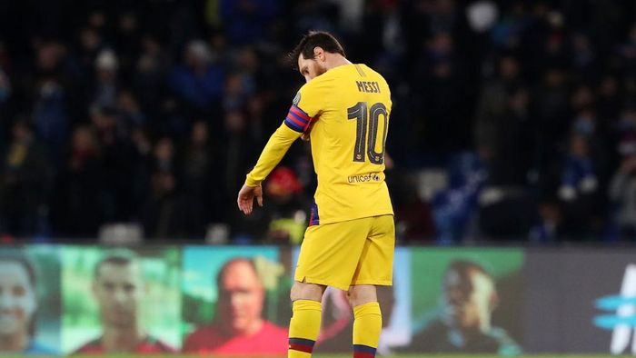 NAPLES, ITALY - FEBRUARY 25: Lionel Messi of FC Barcelona stands disappointed after the UEFA Champions League round of 16 first leg match between SSC Napoli and FC Barcelona at Stadio San Paolo on February 25, 2020 in Naples, Italy. (Photo by Francesco Pecoraro/Getty Images)
