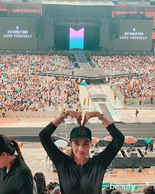 Luna Maya rela melakukan perjalanan ke beberapa negara untuk menyaksikan konser BTS