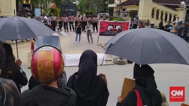 Mahasiswa menggelar aksi Kamisan di depan Mapolda Sultra.