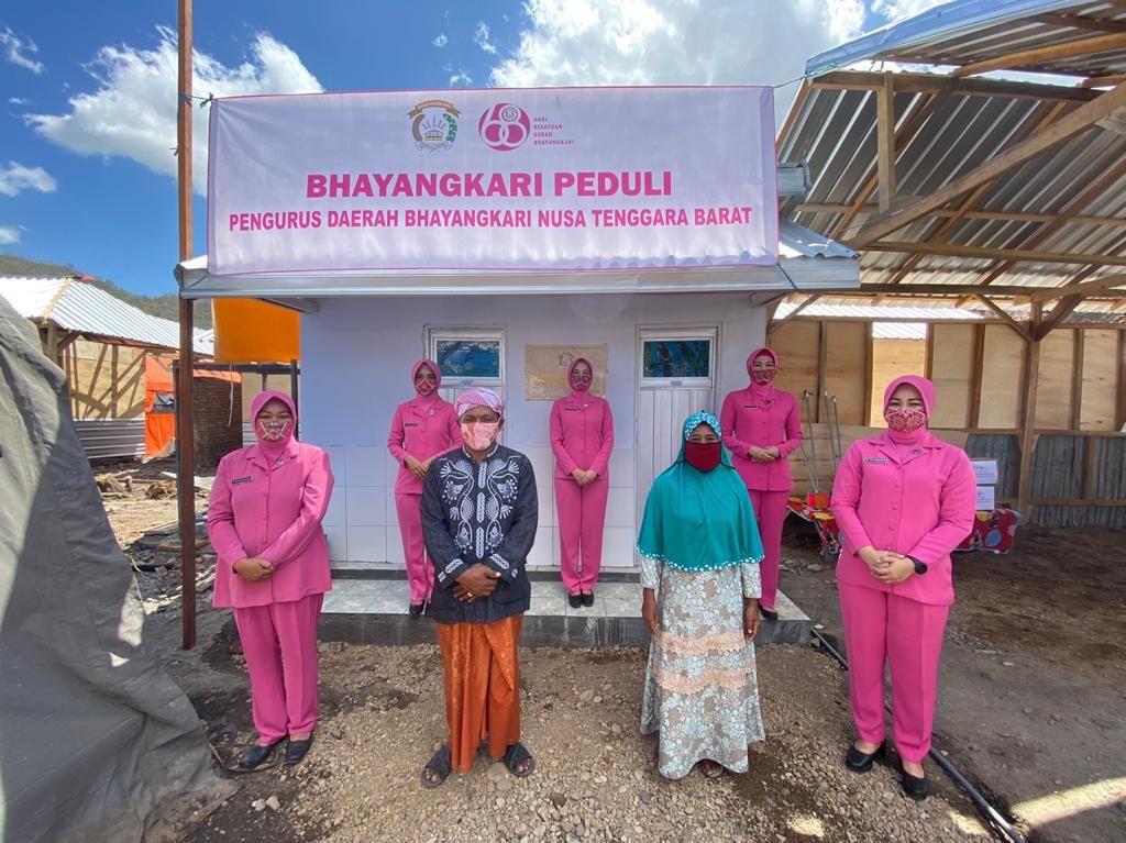 Para Istri Polisi Bangun MCK untuk Korban Kebakaran di Bima NTB