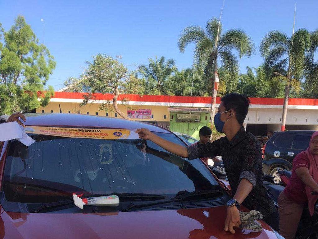 Nggak Malu! 6.000 Mobil Pakai Stiker Sindiran demi Isi BBM Subsidi