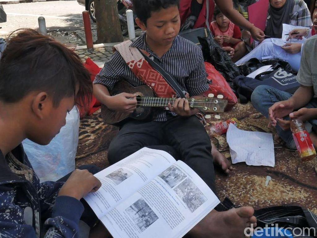 Melihat Antusiasme Anak Jalanan Belajar di Alun-alun Cimahi