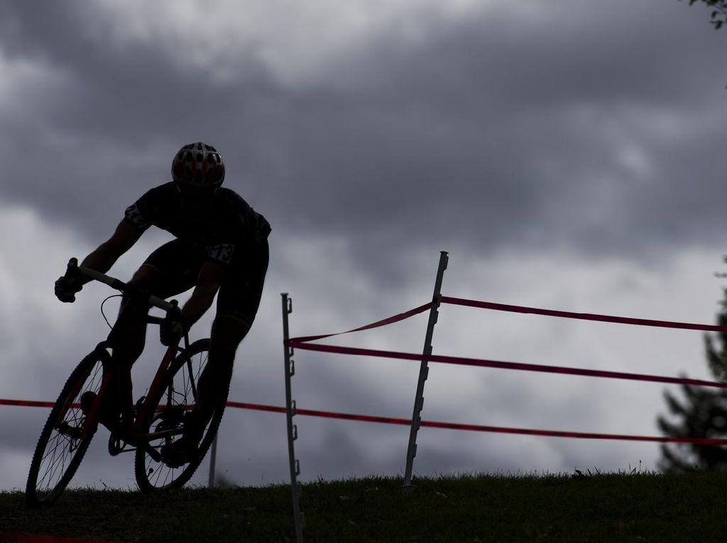 Pemotor Acungkan Jari Tengah ke Rombongan Pesepeda Roadbike, Siapa yang Salah?