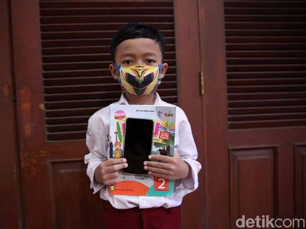 Melihat Semangat Siswa Belajar Online di Balai Warga