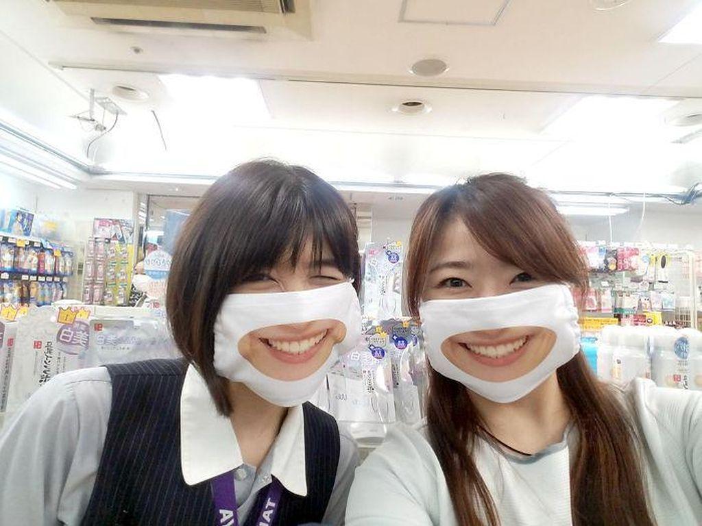 Karyawan Toko Ini Pada Pakai Masker Senyum