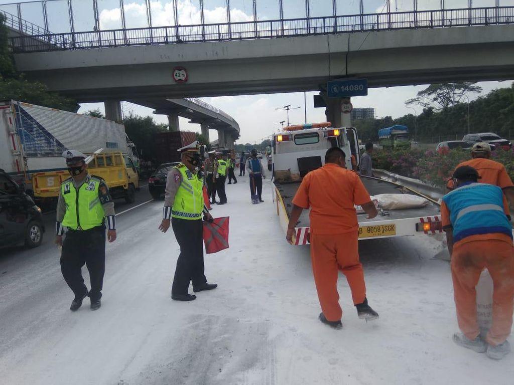 Truk Muatan Semen Putih Kecelakaan di Tol Cawang, Masih Proses Evakuasi