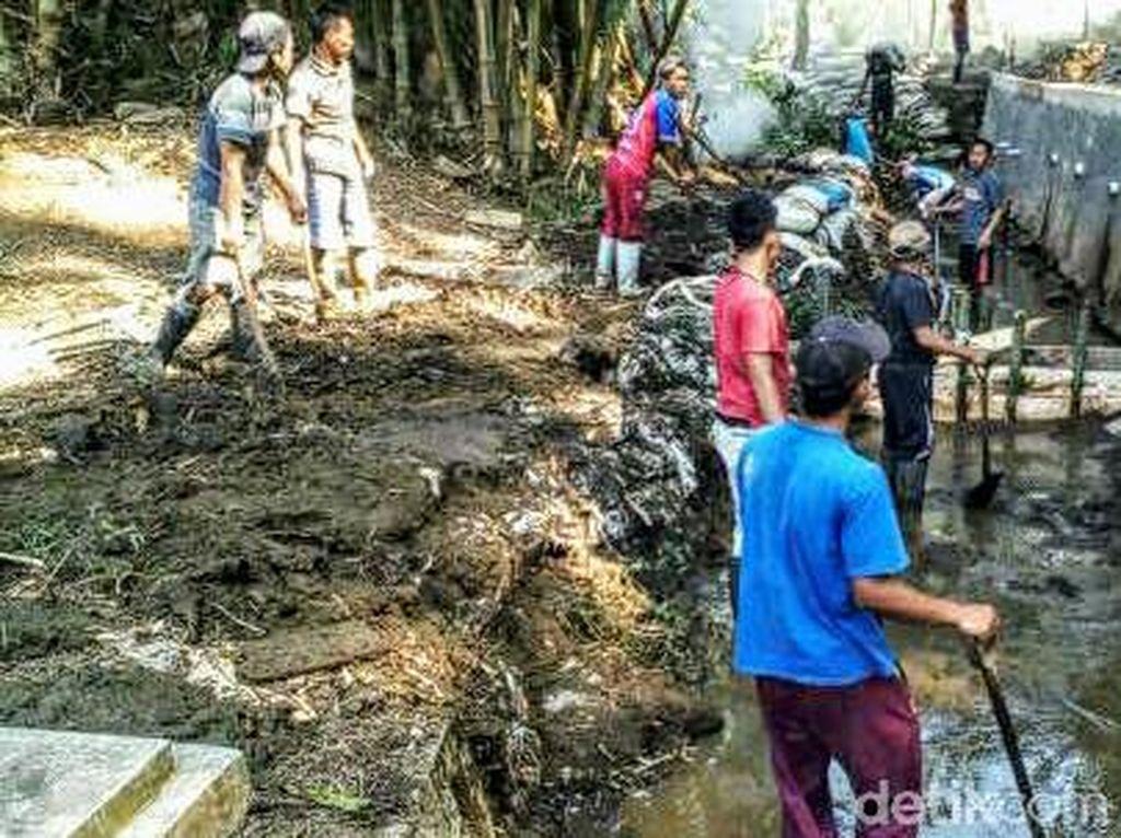 Irigasi yang Tercemar Limbah Kotoran Sapi di Kuningan Mulai Dibersihkan
