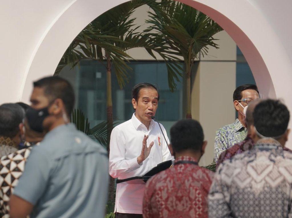 Beri Rp 2,4 Juta ke Tukang Angkringan cs, Jokowi: Buat Modal Usaha