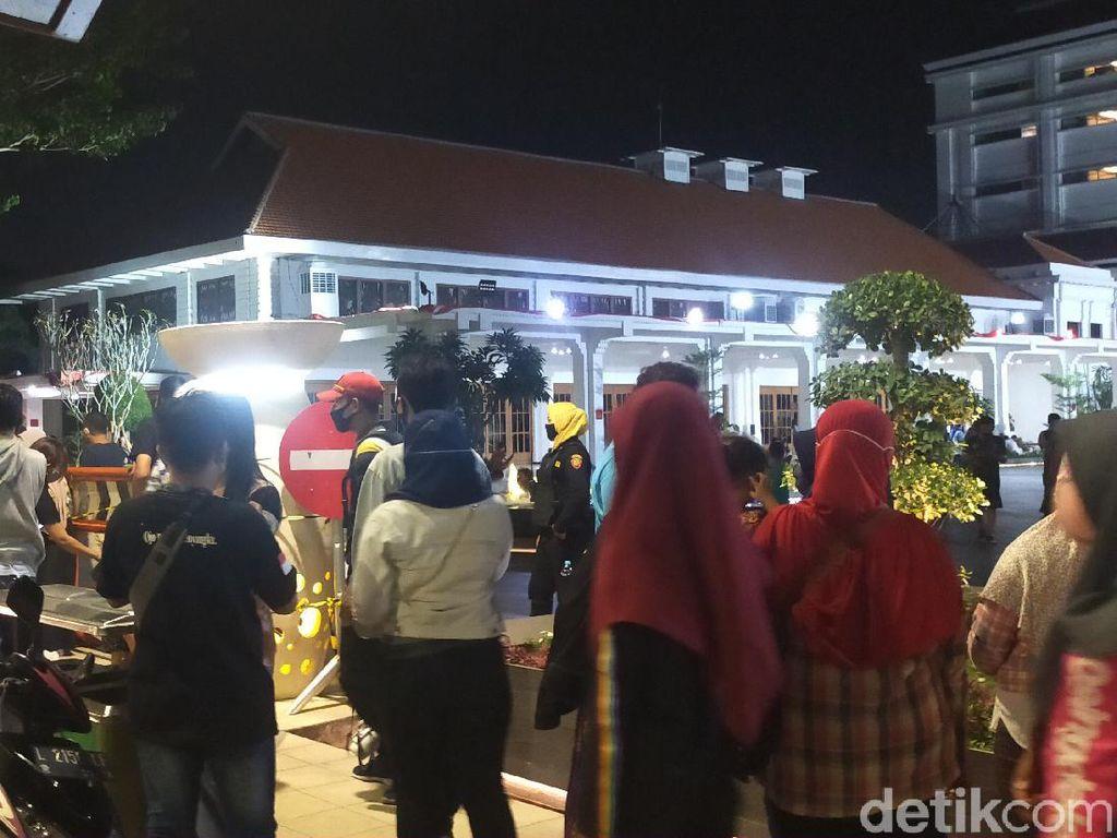 Meski Zona Merah COVID-19, Banyak Warga Malmingan di Alun-alun Suroboyo