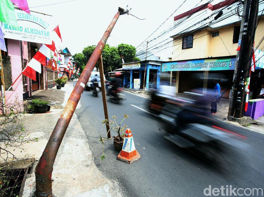 Penjelasan PLN Soal Tiang Bengkok Menjulur ke Jalan di Cipayung