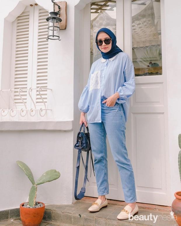 Kemeja pun dapat menjadi pilihan agar tampilan kamu tetap terlihat sopan meski mengenakan jeans